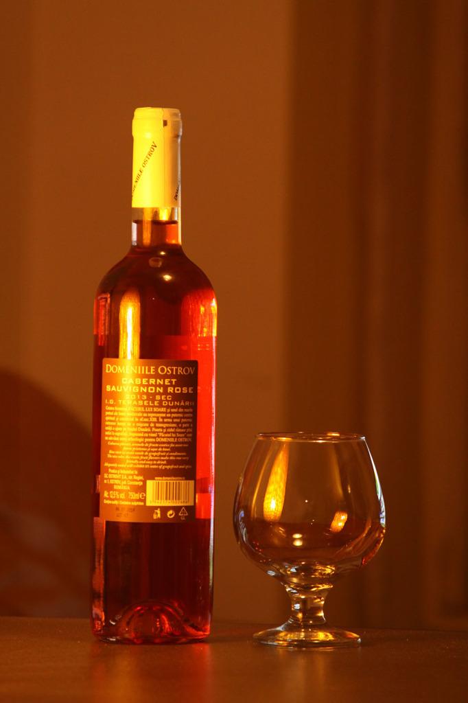 Vin-sec-Domeniile-Ostrov-roze